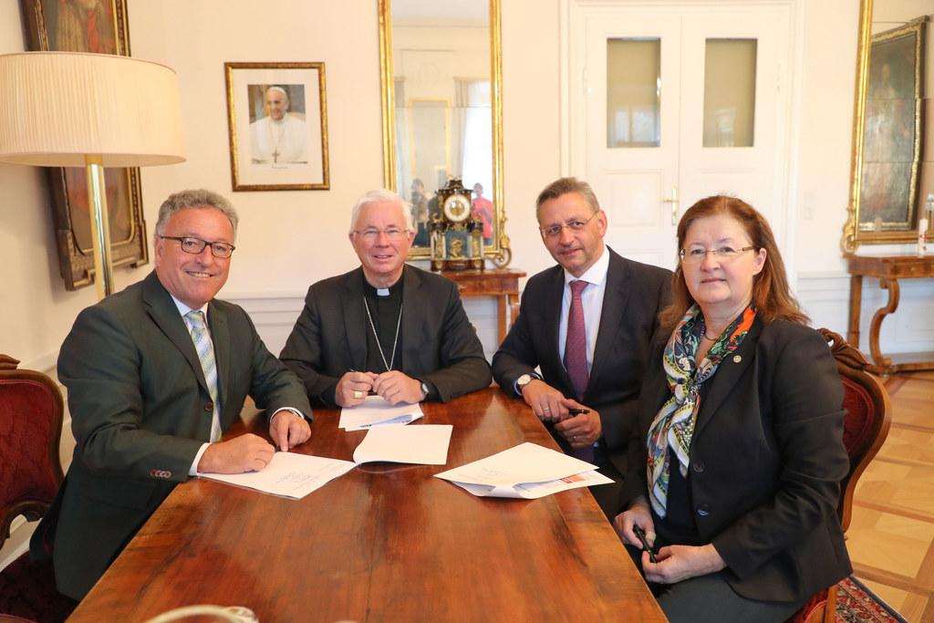 Sie besiegelten die Partnerschaft im erzbischöflichen Büro: LH-Stv. Heinrich Sch..