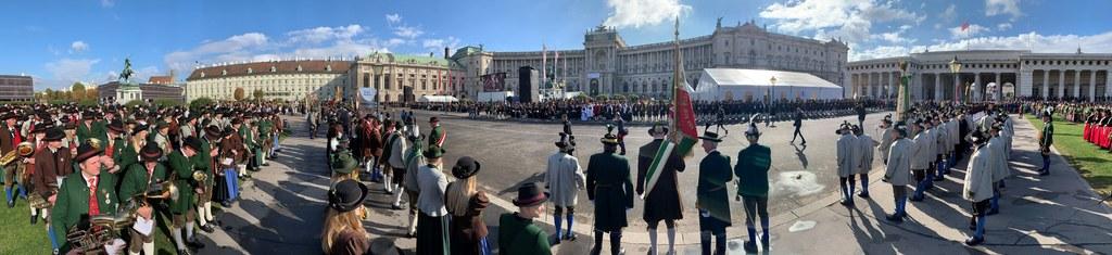Die Salzburger Schützen boten am Heldenplatz ein prächtiges Bild. Das Landes-Med..