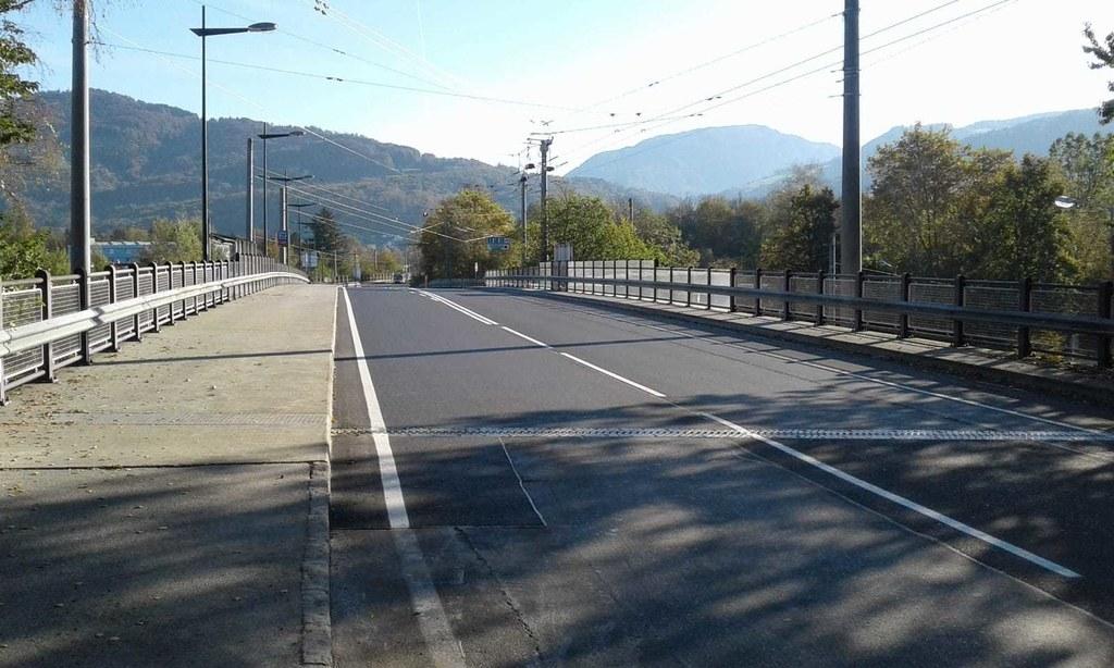 Die Hellbrunner Brücke über Eisenbahn, Salzach und Alpenstraße ist umfassend san..