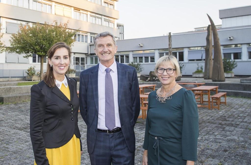 Erfolgreich und innovativ: 80 Jahre HAK Salzburg: LR Maria Hutter, Manfred Horvath, Schulleiter HAK2 und Britta Becker, Direktorin HAK1.