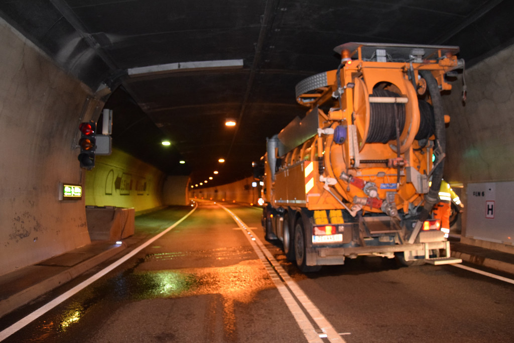 Der Schönbergtunnel wird gereinigt. Es gibt eine Umleitung durch Schwarzach. (Sy..