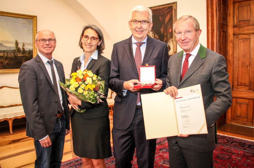 Ehrenzeichen des Landes Salzburg für Herbert Prucher (Leiter der Finanz- und Ver..
