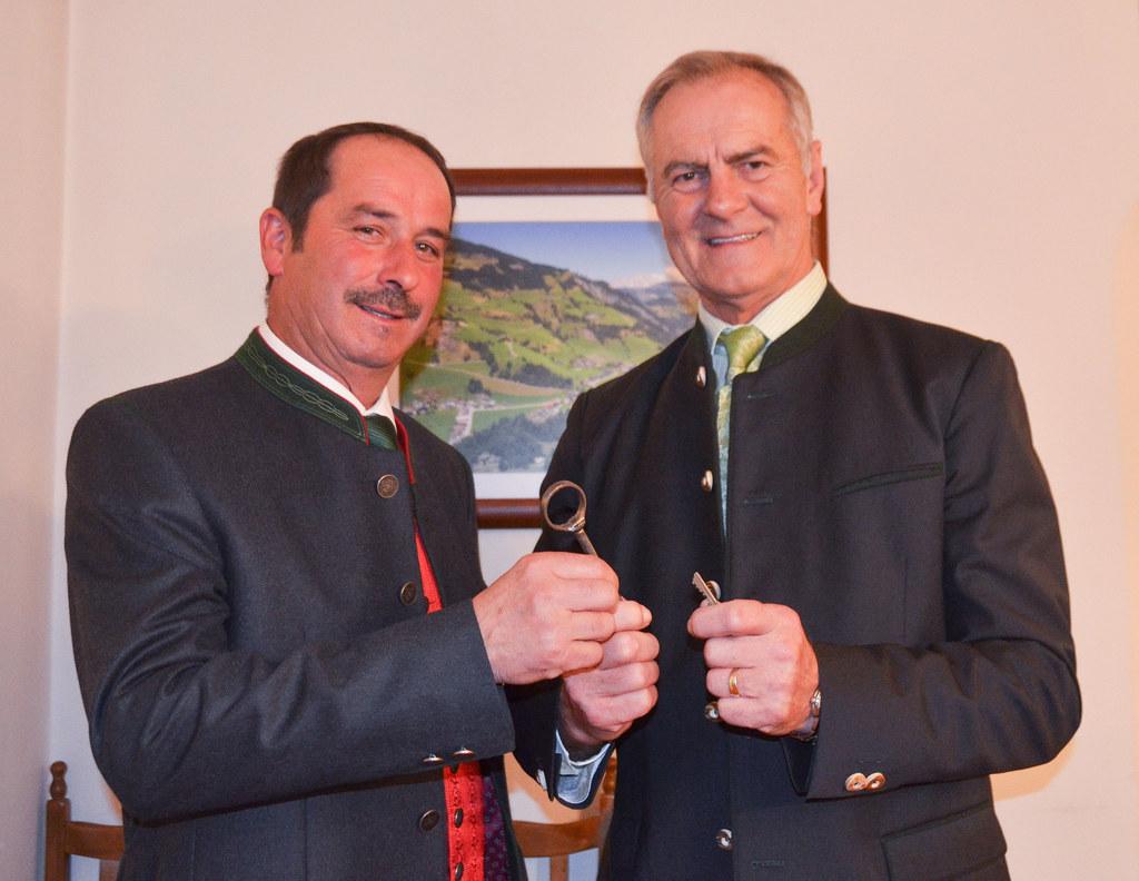 Franz Wenger (rechts) und sein Nachfolger Bürgermeister Johann Gassner bei der s..