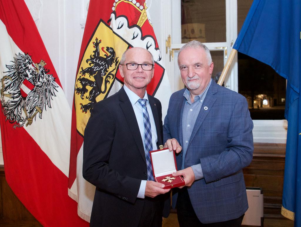 Landeshauptmann-Stellvertreter Christian Stöckl überreichte das Ehrenzeichen des Landes an Josef Strobl.