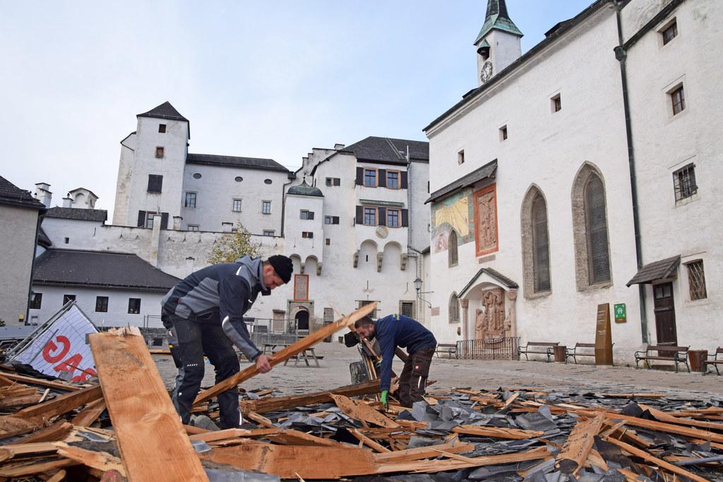Festung Hohensalzburg wird nach ersten Aufräumarbeiten winterfest gemacht.