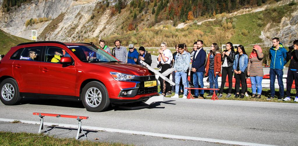 Dreharbeiten in Saalfelden: LR Stefan Schnöll mit den Schülern der Polytechnisch..