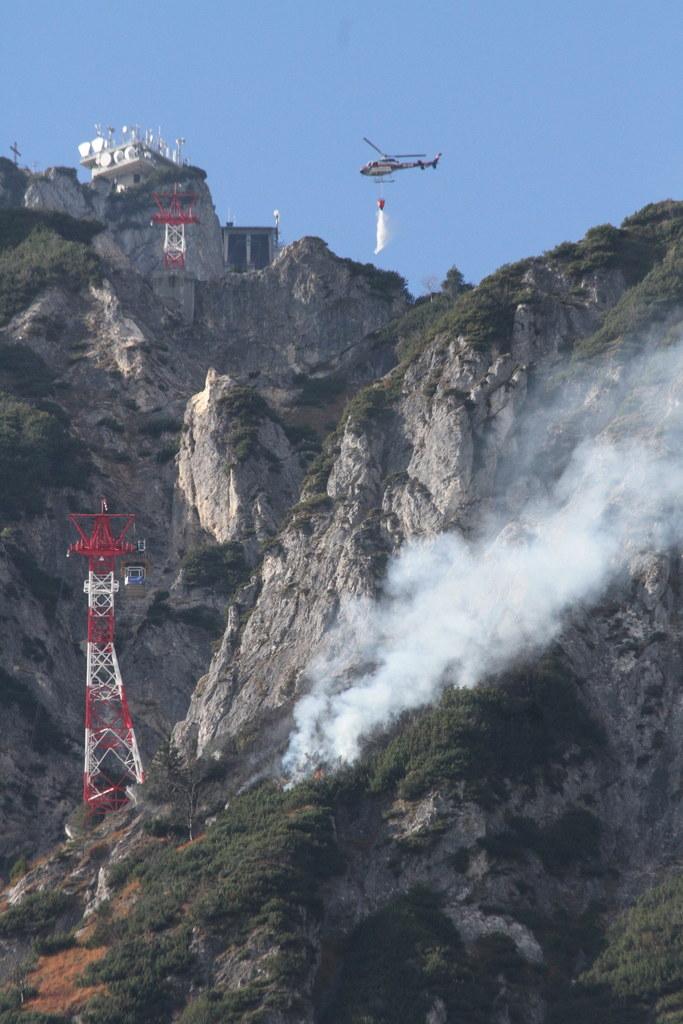 Fünf Hubschrauber waren bei der Brandbekämpfung am Untersberg im Einsatz. Heute ..