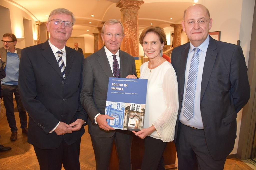Gemeinsam mit den beiden Herausgebern Robert Kriechbaumer (l.) und Richard Voith..