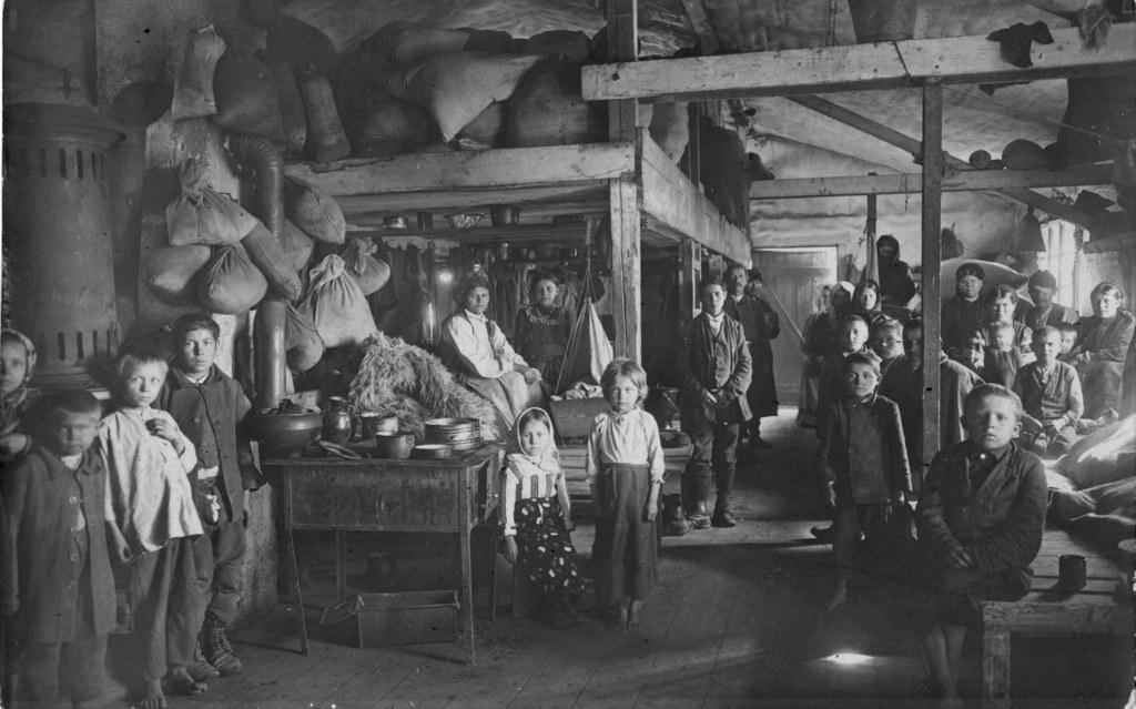 Kinder galizischer Kriegsflüchtlinge in einer notdürftig ausgestatteten Baracke ..