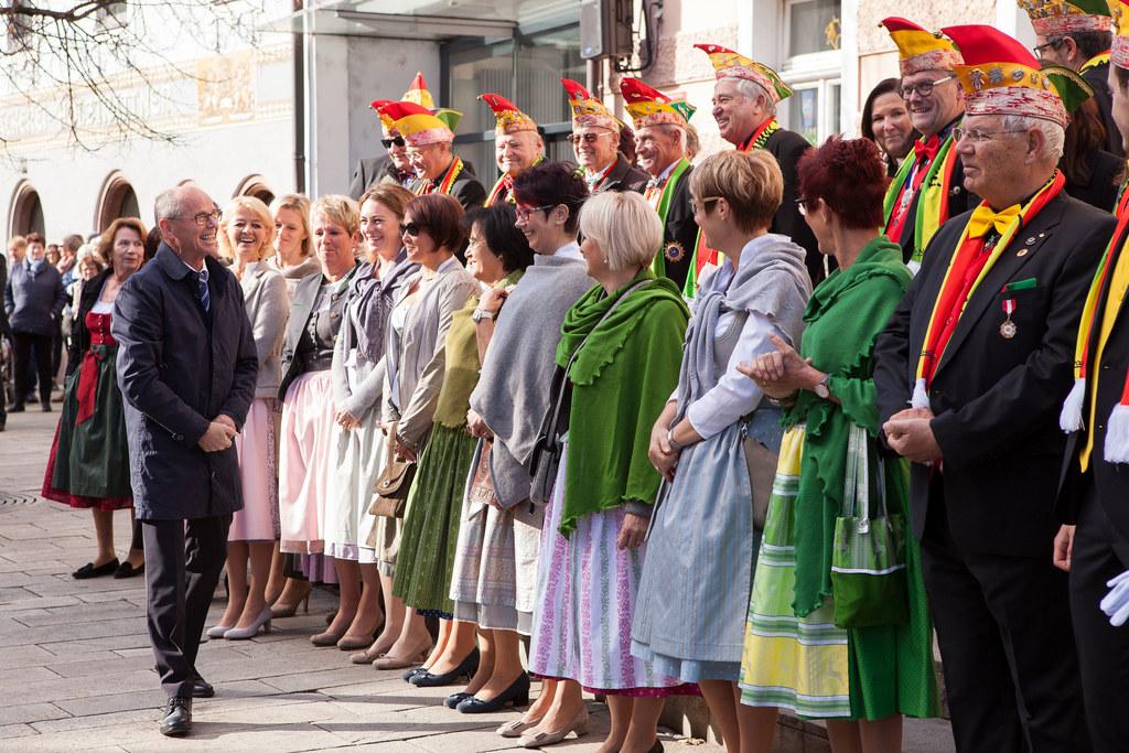Landeshauptmann-Stellvertreter Christian Stöckl mit den Mitgliedern der Fasching..