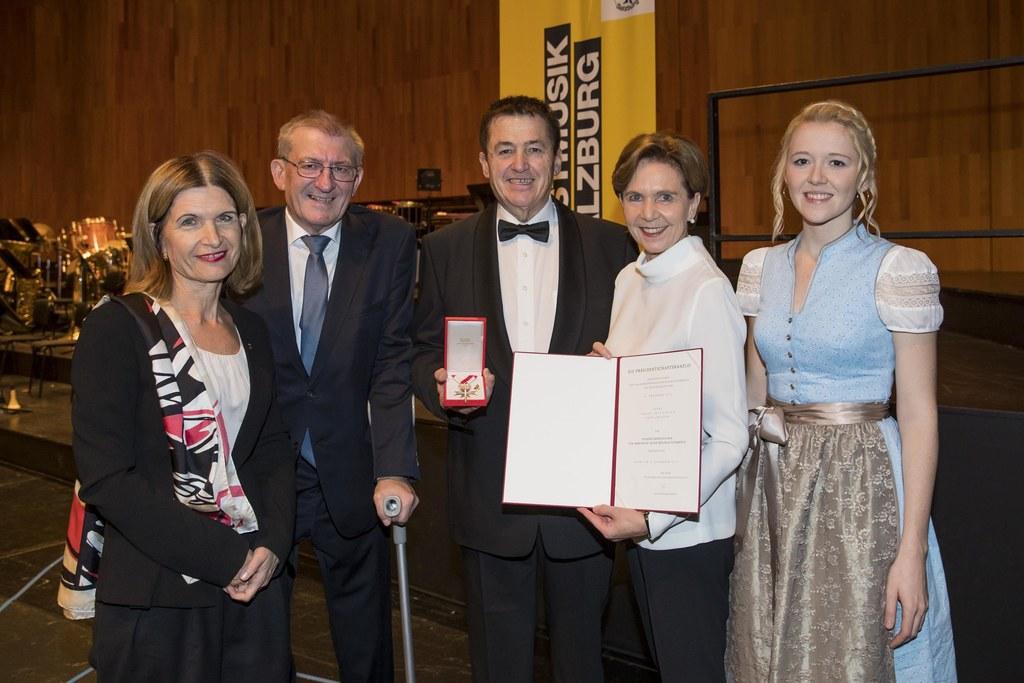 Beim Jubiläumskonzert 80 Jahre Postmusik Salzburg erhielt Kapellmeister Franz Mi..
