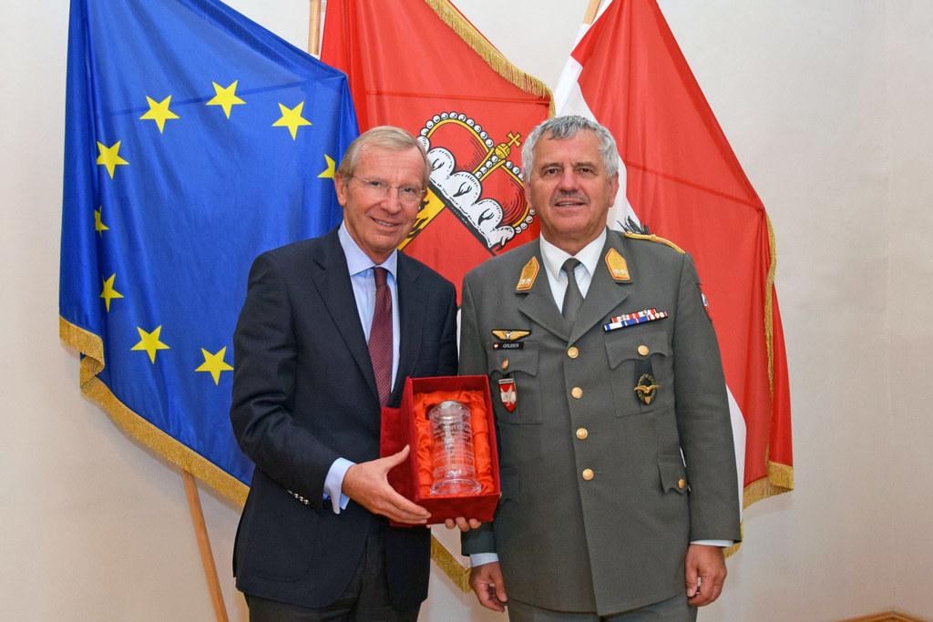LH Wilfried Haslauer überreichte den persönlich gewidmeten Ehrenbecher an Genera..