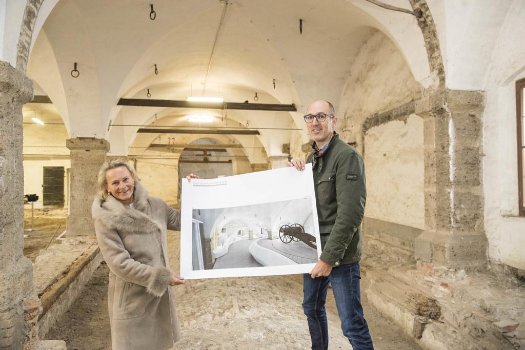 Birgit Meixner und Maximilian Brunner präsentieren die Pläne für das neue Museum..