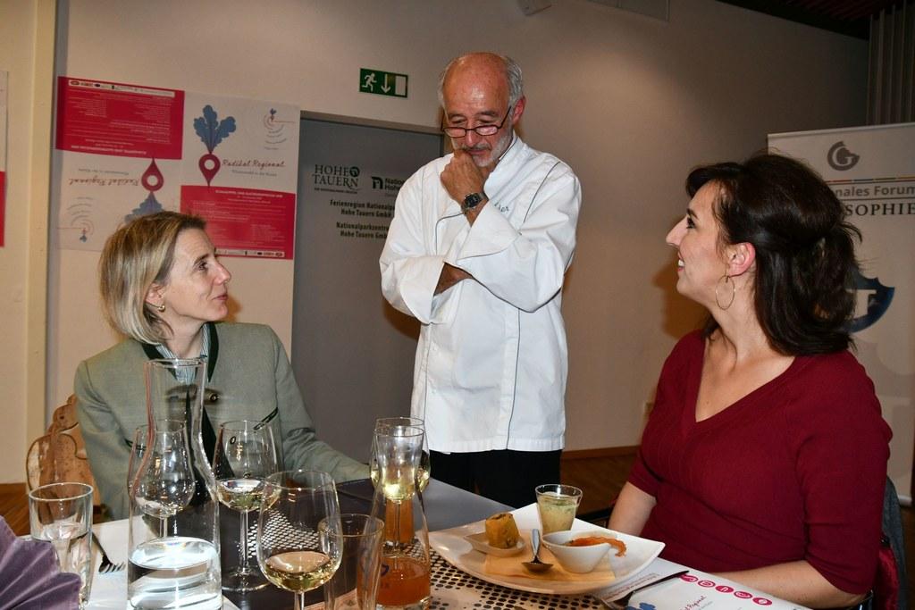 Küchenchef Alexander Forbes erklärt Tourismusschuldirektorin Petra Mösenlechner ..