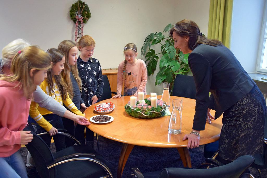 Schüler der Neuen Mittelschule der Diakonie überbrachten LR Maria Hutter einen A..