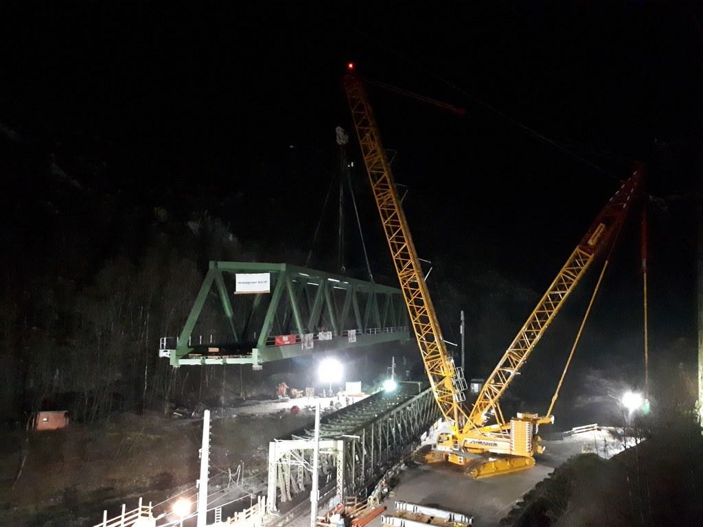 Einhub der neuen Eisenbahnbrücke am Pass Lueg.