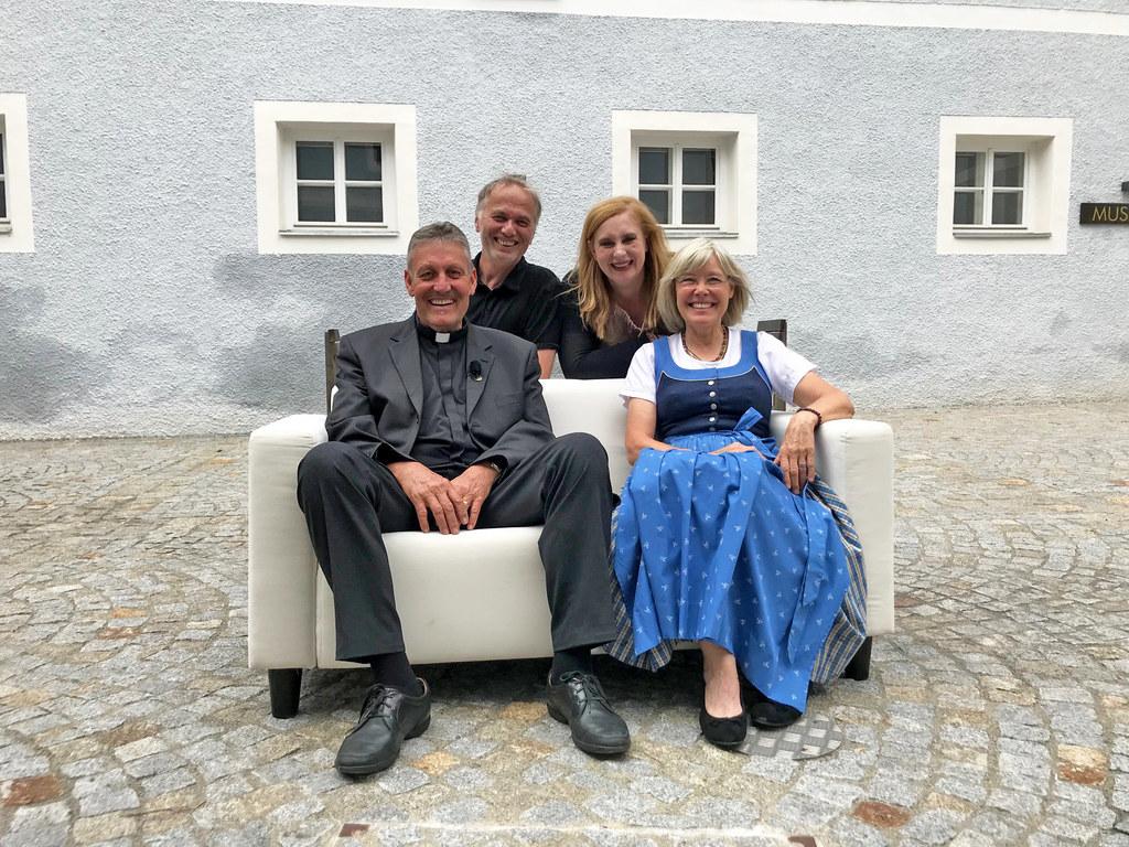 Sie präsentieren die Stille Nacht-Doku auf ORF III: Mella Blazovich und Stefan A..