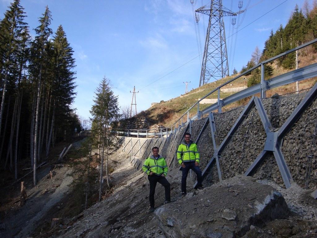 Josef Foidl und Simon Altenberger von der Landesstraßenverwaltung vor der neuen,..