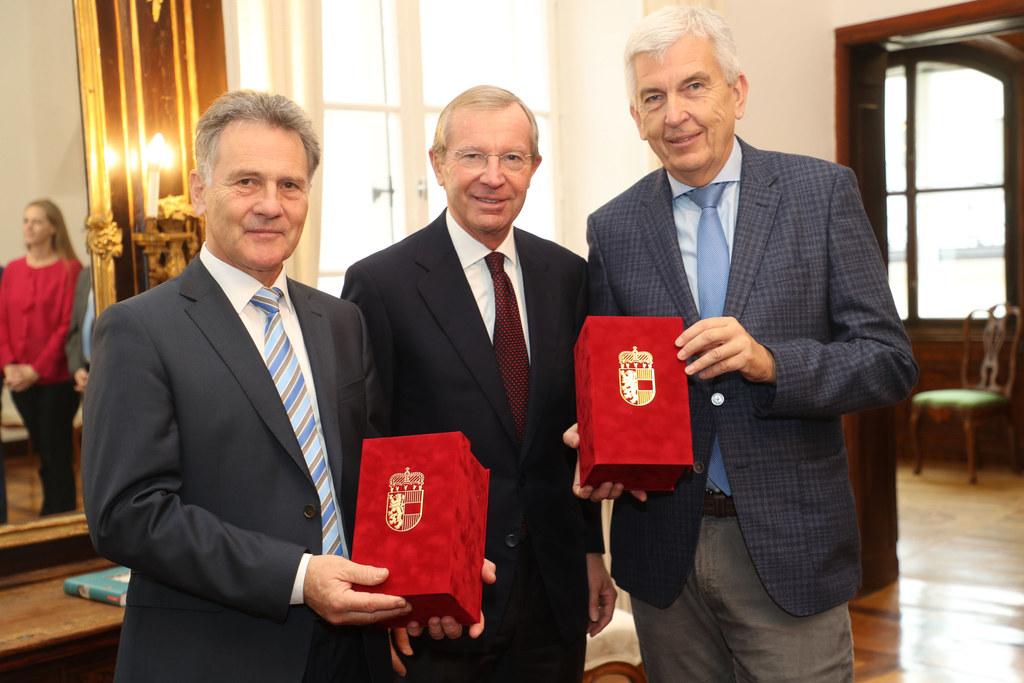 LH Wilfried Haslauer überreichte Othmar Glaeser (links) und Herbert Prucher (rec..
