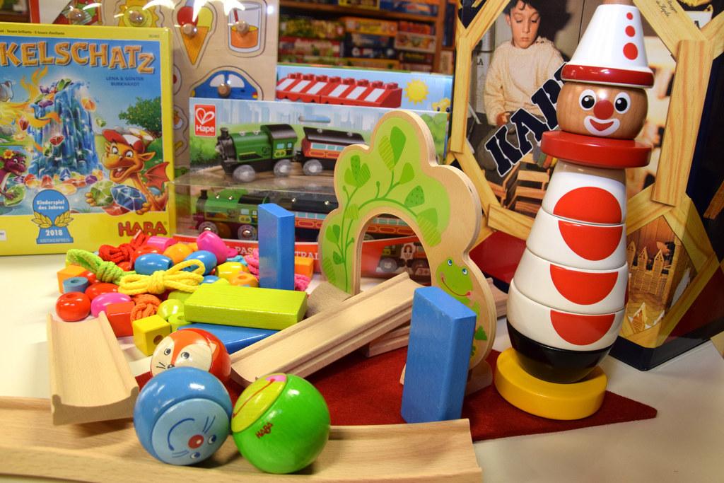 Das Spielzeugangebot im Handel ist gerade vor Weihnachten enorm. Die Elternberat..