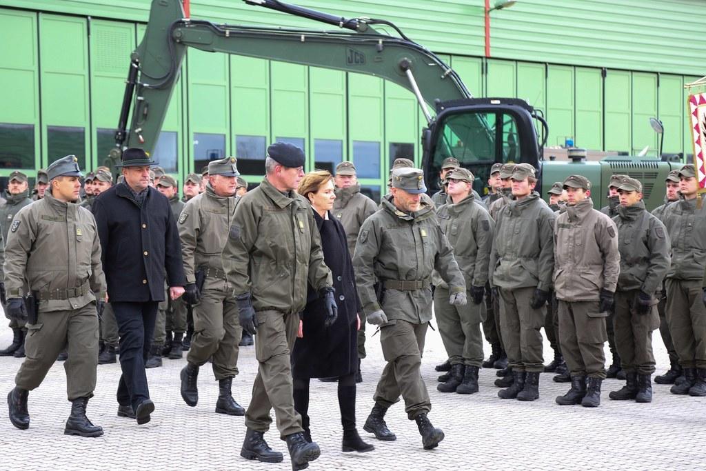 LTP Brigitta Pallauf schritt bei der Kommandoübergabe des Pionierbataillons 2 ge..