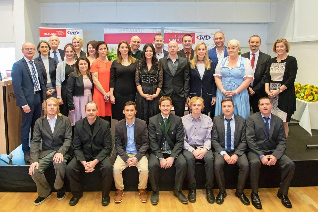 LH-Stv. Christian Stöckl gratulierte den 27 angehenden Pflegerinnen und Pflegern..