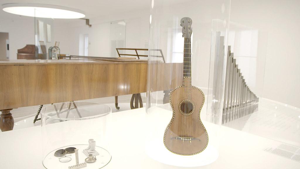 Die Originalgitarre von Joseph Mohr ist im Stille Nacht Museum in Hallein zu seh..
