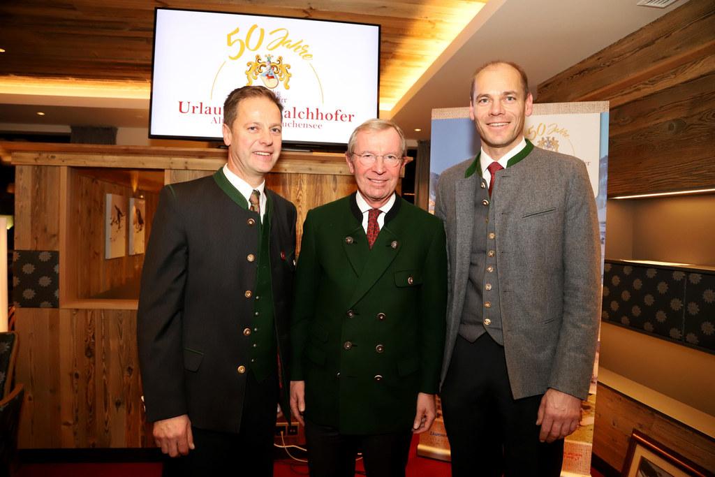 LH Wilfried Haslauer gratulierte den Top-Gastgebern Rupert und Michael Walchhofe..