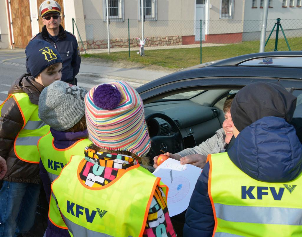 """259 Schulkinder verteilten bei der Verkehrserziehungsaktion """"Apfel-Zitrone"""" mit .."""