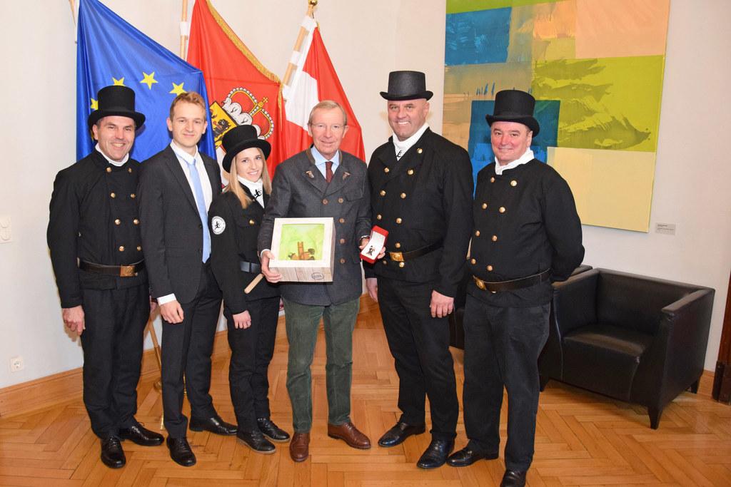 Rauchfangkehrer überbrachten LH Wilfried Haslauer die besten Wünsche fürs Neue J..
