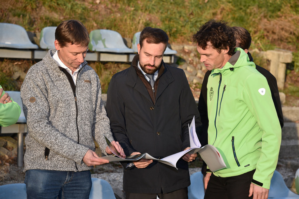 LR Stefan Schnöll mit den Mitgliedern des Sportvereins Mariapfarr bei der Besich..