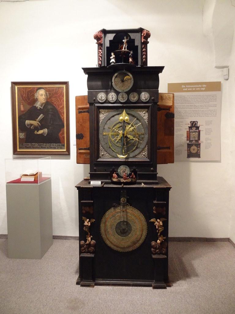 Eines der Prunkstücke im Stiftsmuseum Mattsee: die astronomische Uhr aus dem Jah..