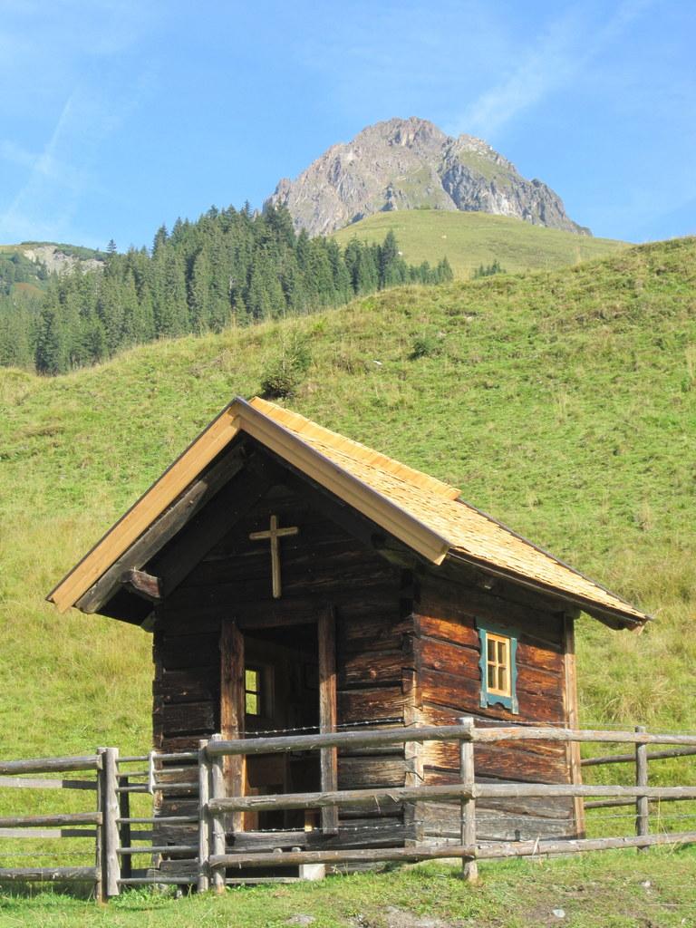 Die Kapelle auf der Baumgartenalm in Bramberg am Wildkogel ist eines jener 95 Ob..
