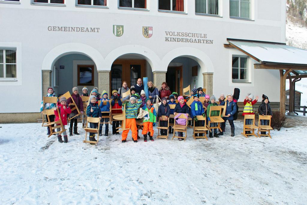 Schüler und Lehrer der Volksschule und auch der Bürgermeister haben beim Umzug i..