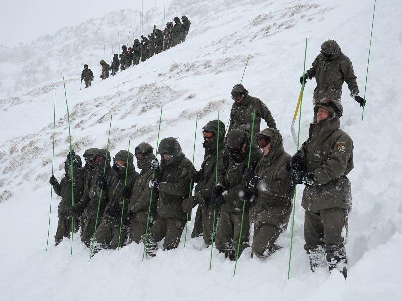 Die Soldatinnen und Soldaten der Lawineneinsatzzüge sind speziell ausgebildet un..