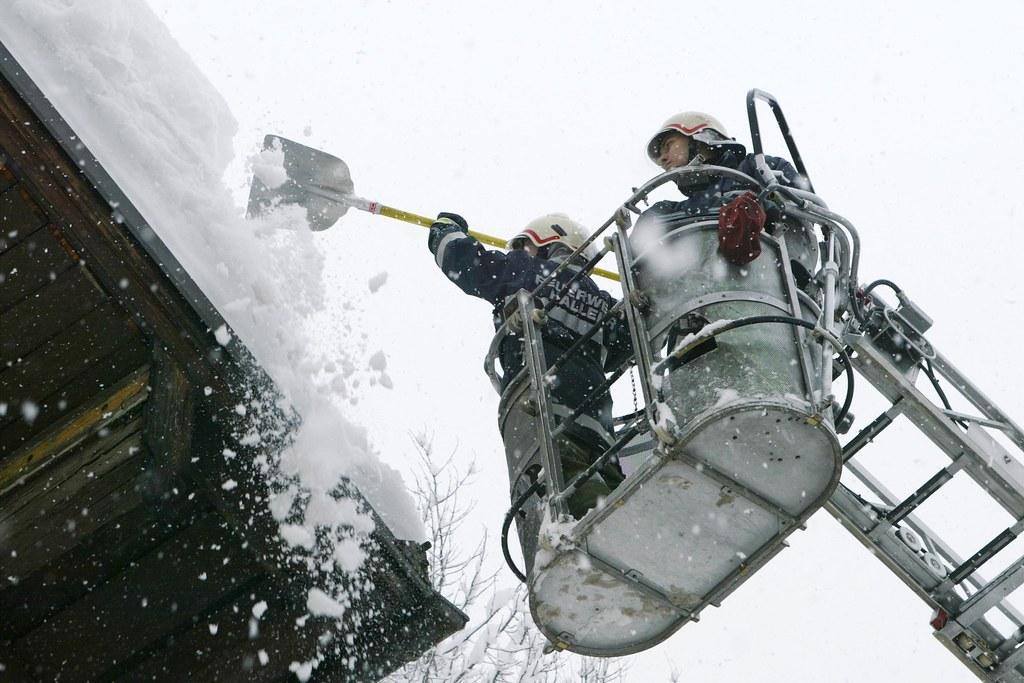 Es kommt noch mehr Schnee in den nächsten Tagen. Hausbesitzer und Gebäudeverantw..