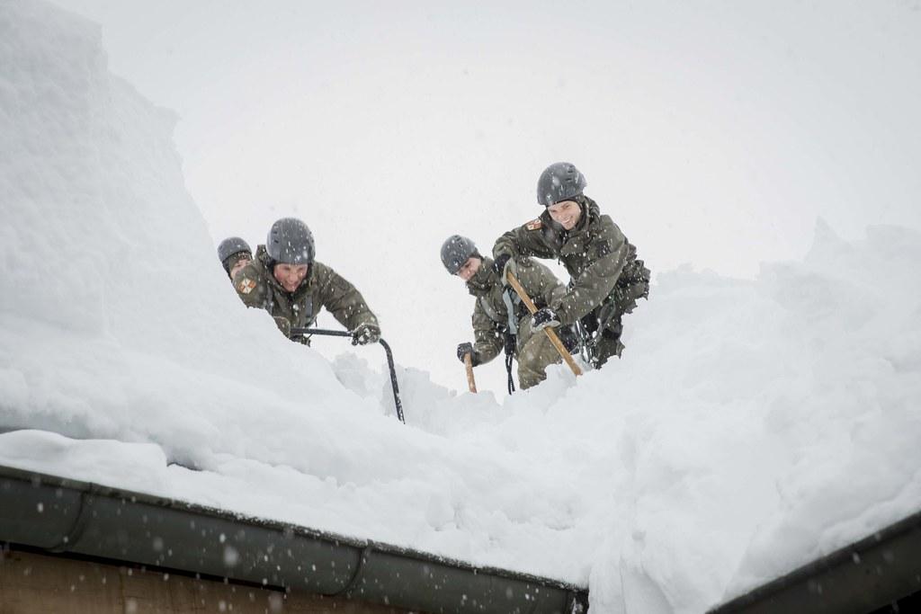 Mehr als 100 Bundesheer-Soldaten unterstützen derzeit die Straßendienste und Ein..