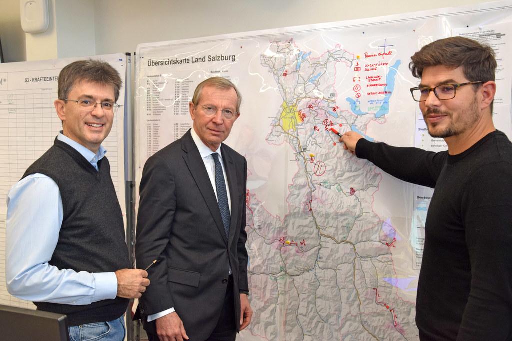 LH Wilfried Haslauer macht sich mit Landeseinsatzstab-Leiter Markus Kurcz (li.) ..