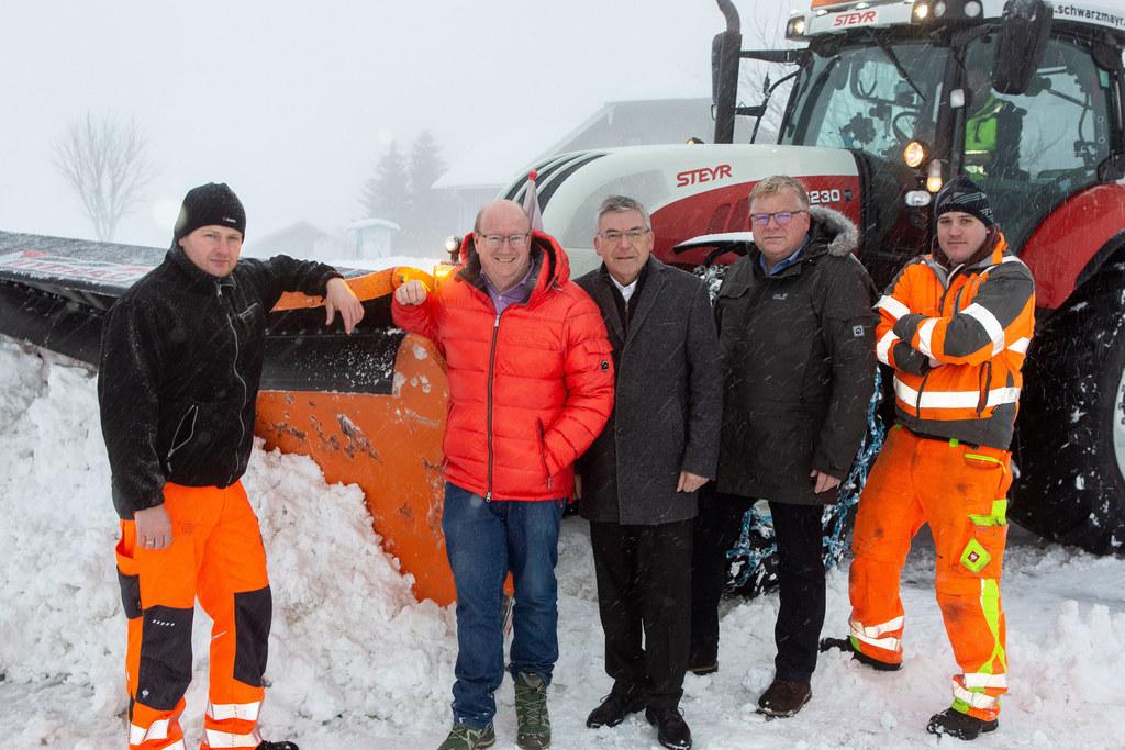 Mit vereinten Kräften in Obertrum gegen den Schnee: (v.l.) Bauhofleiter Bernhard..