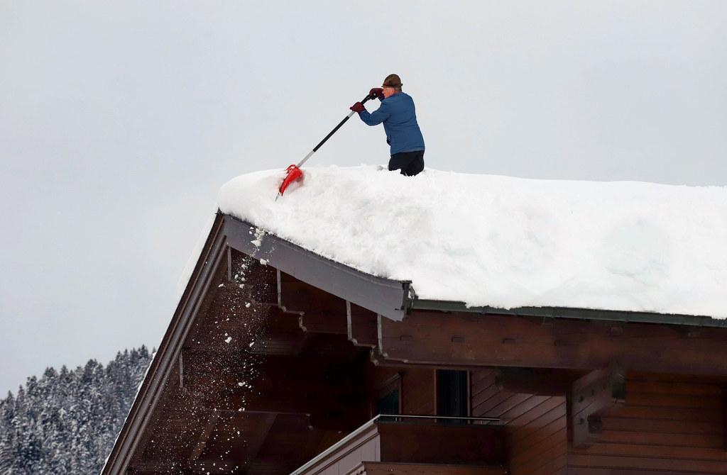 Beim Abschaufeln der Dächer am besten Experten um Hilfe bitten. Und greift man d..