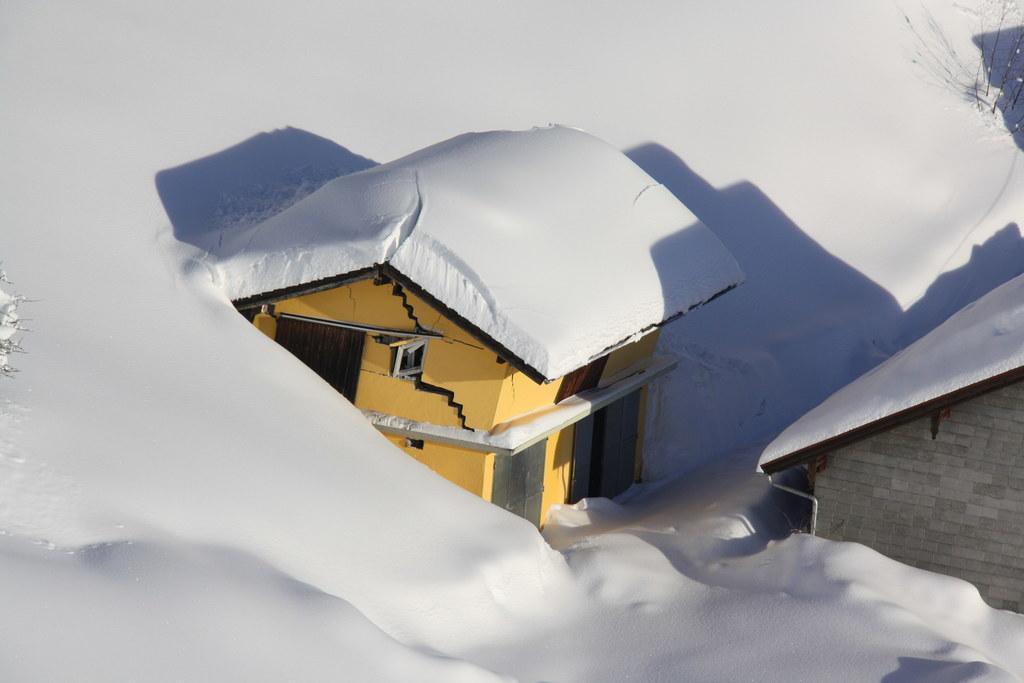 Wie wichtig es ist, die Gebäude von Schneelasten zu befreien, zeigen Bilder wie ..