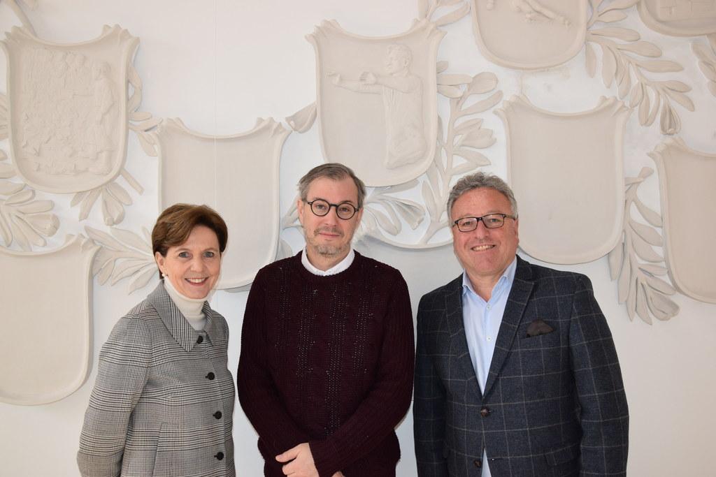 Markus Schinwald (Bildmitte) präsentierte Landtagspräsidentin Brigitta Pallauf u..