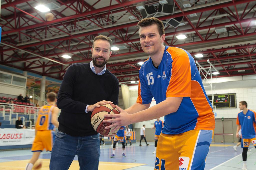 LR Stefan Schnöll mit Salzburg-Center Mladen Perak beim Heimspiel der BBU gegen ..