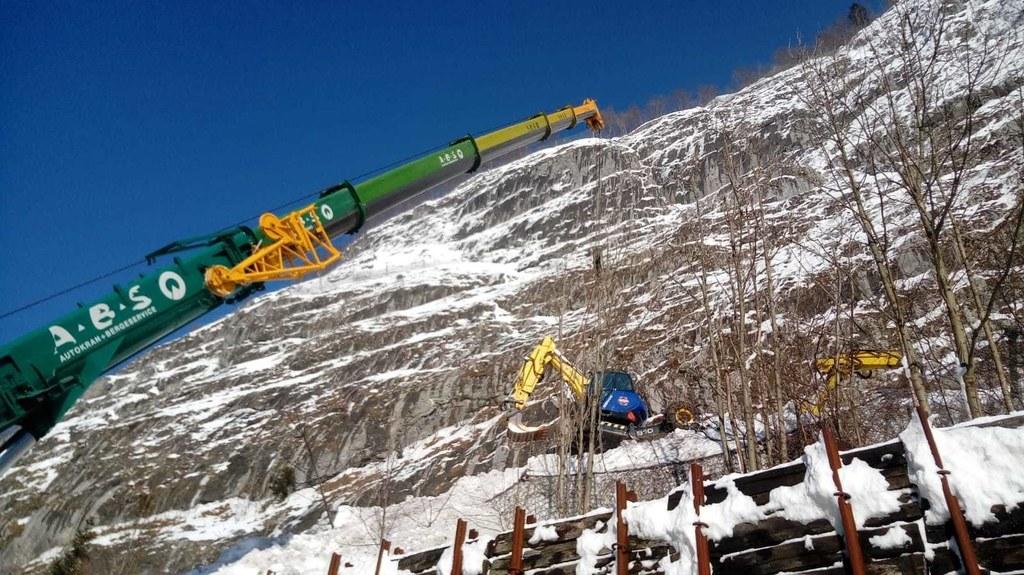 Nach dem Ausbaggern ist die Schutzfunktion der Rückhaltewände und Netze oberhalb..