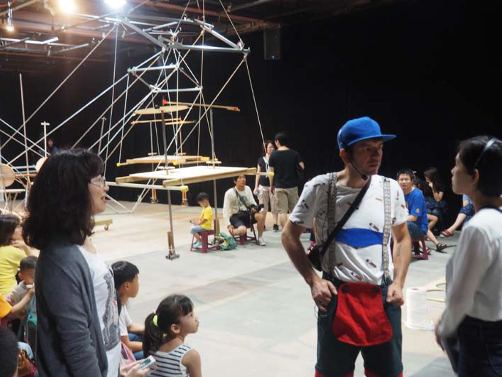 """Performance von Peter Fritzenwallner - in der """"Lederhose"""", die er sich in Tainan.."""