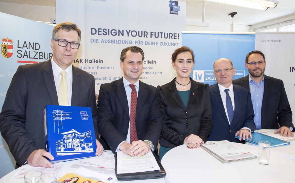 Schuldirektor Werner Huber, IV-Präsident Peter Unterkofler, LR Maria Hutter, Bil..