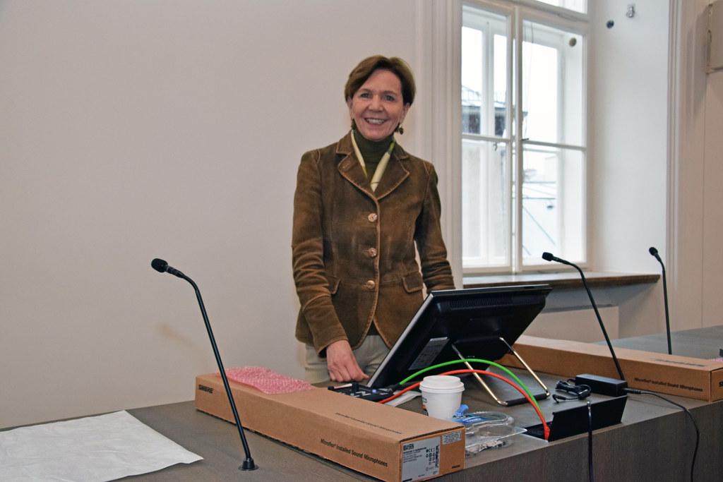 LTP Brigitta Pallauf besichtigt ihren neuen Platz im frisch renovierten Landtags..