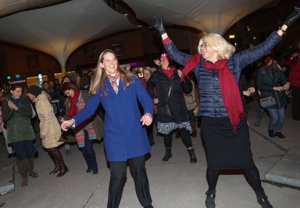 LR Andrea Klambauer tanzte mit Vizebürgermeisterin Anja Hagenauer bei One Billio..