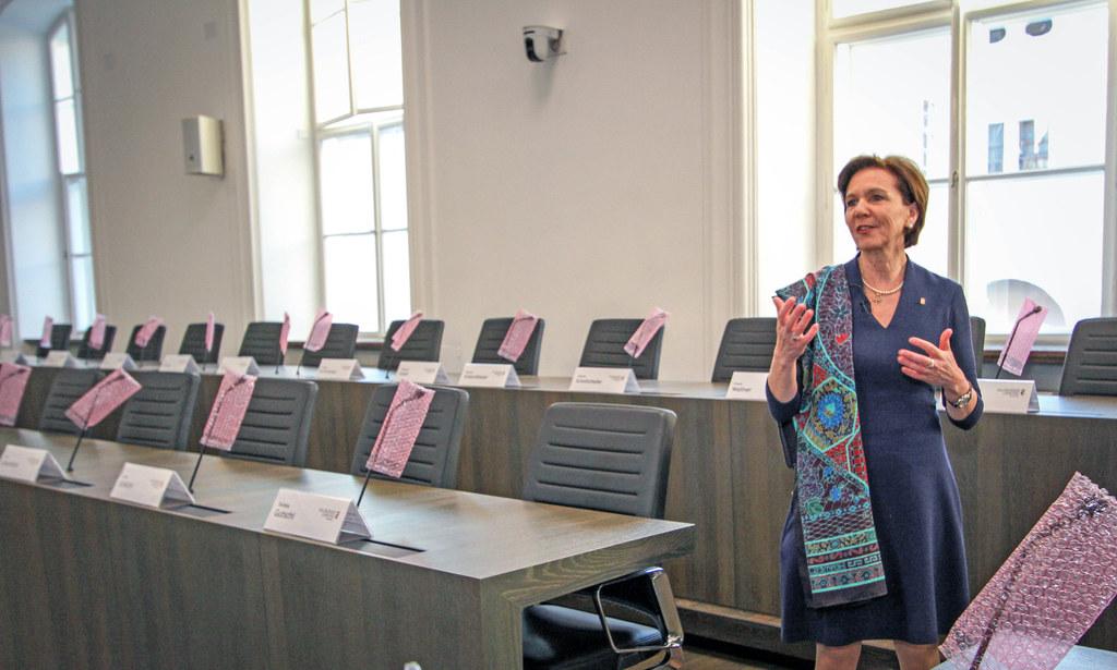 LTP Brigitta Pallauf präsentiert den neu gestalteten Landtagssaal im Chiemseehof..