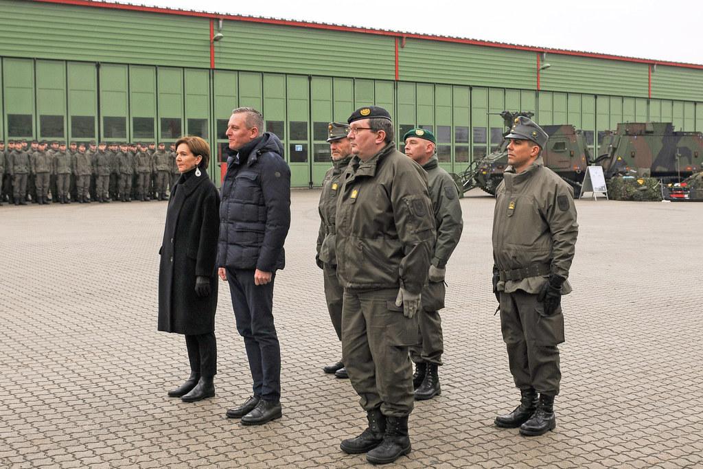 LPT Brigitta Pallauf und BM Mario Kunasek bei der Übergabe der neuen Gefechtsfah..